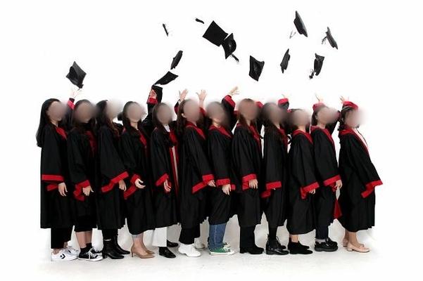 박진아(24)씨는 지난 25일 오후 서울시 성북구의 한 사진 스튜디오에서 대학 동기 11명과 함께 졸업 기념 사진을 찍었다. /독자제공