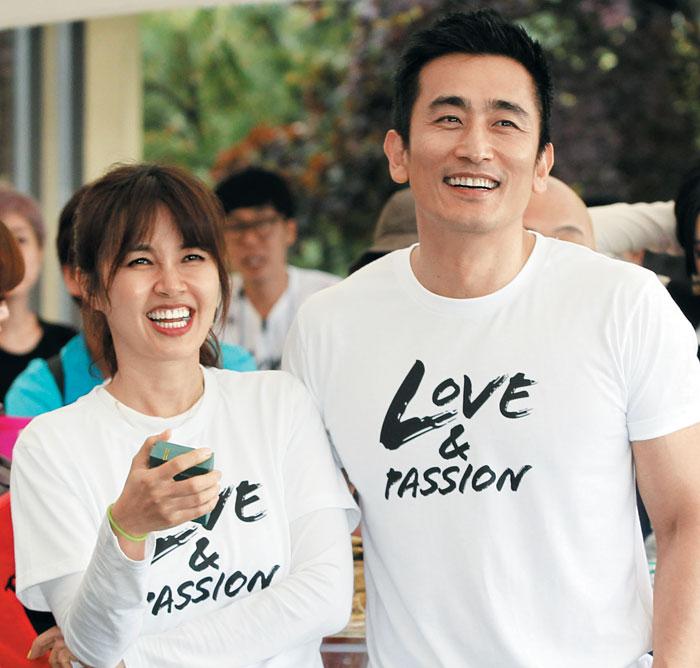 지난 2013년 남편 차인표(오른쪽)와 함께 불우 아동 돕기 바자에 참석한 신애라.