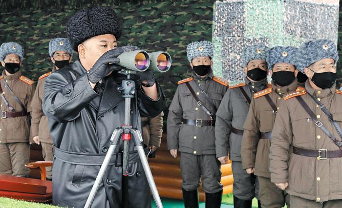 김정은 북한 국무위원장이 지난달 28일 강원도 원산 인근에서 '합동타격훈련'을 참관하고 있다.