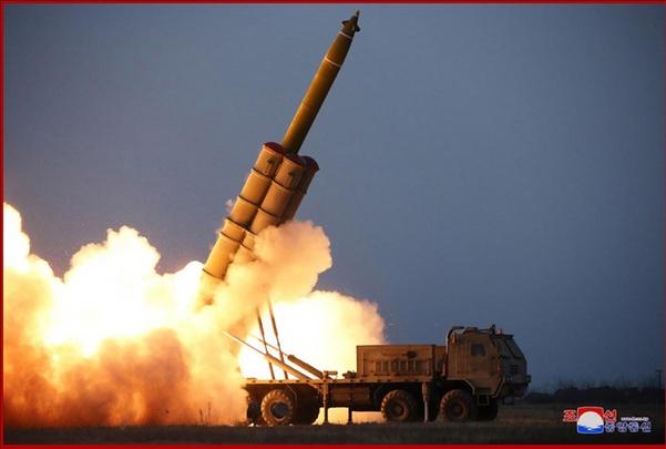작년 11월 29일 북한이 차륜형 이동식 발사대(TEL)를 이용해 발사체를 발사하는 모습을 조선중앙통신이 보도했다. /조선중앙통신·연합뉴스