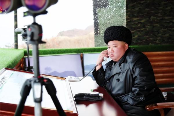북한 군 합동타격훈련을 참관한 김정은 북한 국무위원장이 실내 감시소에서 누군가와 통화하는 모습을 조선중앙TV가 29일 보도했다. /연합뉴스