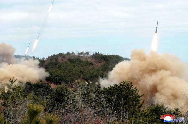 김정은 북한 국무위원장이 2일 전선 장거리포병구분대의 화력타격훈련을 지도했다고 조선중앙통신이 3일 보도했다. 사진은 중앙통신 홈페이지에 게시된 발사 장면./조선중앙통신