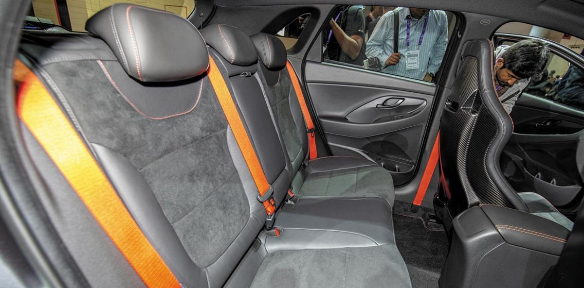 알칸타라 소재가 사용된 현대자동차의 국내 해치백 모델 i30의 뒷좌석 모습.