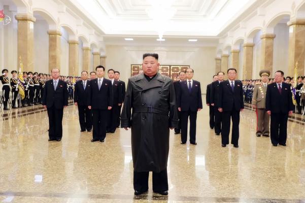 김정은 북한 국무위원장이 부친인 김정일 국방위원장의 생일(광명성절·2월 16일)을 맞아 금수산태양궁전을 참배했다고 북한 매체들이 지난달 16일 보도했다. /조선중앙TV