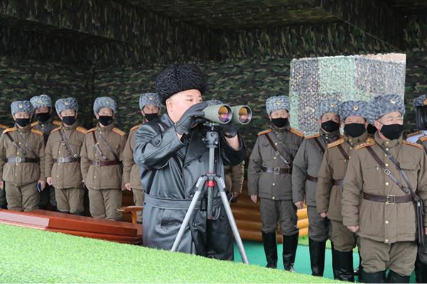 북한 김정은 국무위원장이 지난달 28일 인민군 부대의 합동 타격훈련을 지도했다고 북한 노동당 기관지 노동신문이 보도했다./노동신문