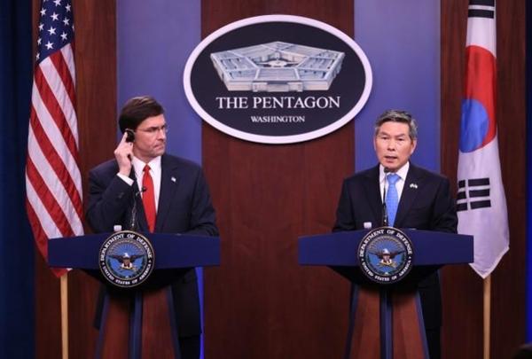 정경두 국방장관은 지난달 24일 미국 워싱턴DC에서 마크 에스퍼 미 국방장관과 회담을 했다. 사진은 회담 후 공동 기자회견을 하는 장면./연합뉴스
