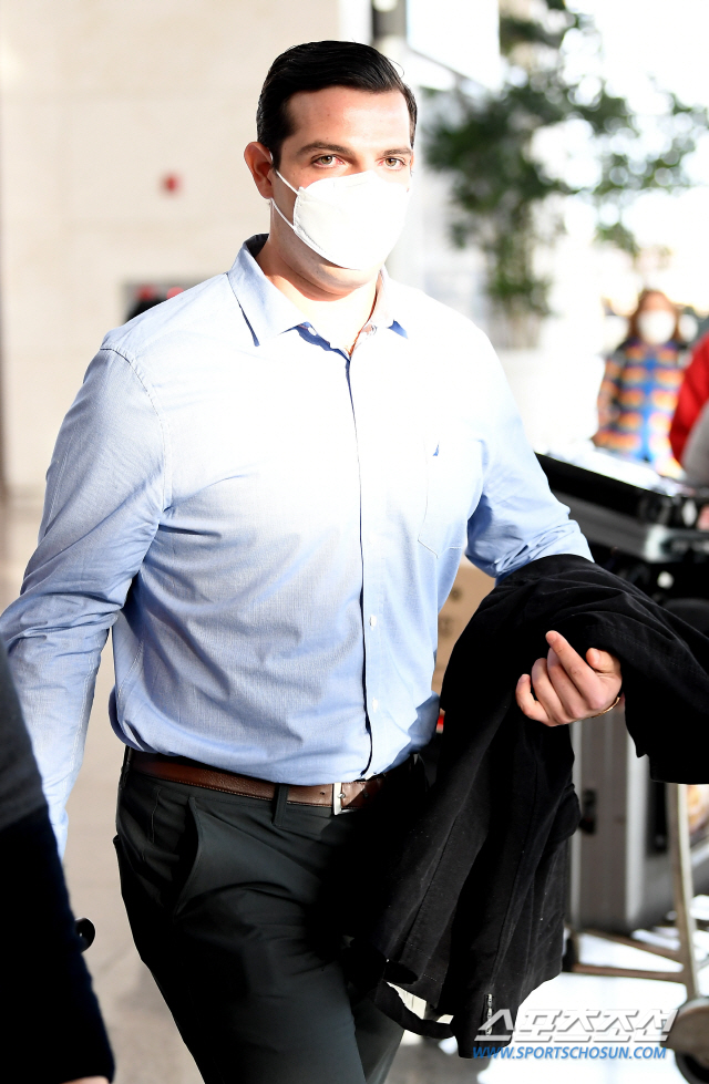 LG 트윈스 선수들이 스프링캠프 참석차 29일 오후 인천국제공항을 통해 호주 시드니로 출국하고 있다. LG 라모스가 출국장으로 향하며 짐을 챙기고 있다. 인천공항=박재만 기자 pjm@sportschosun.com/2020.01.29/
