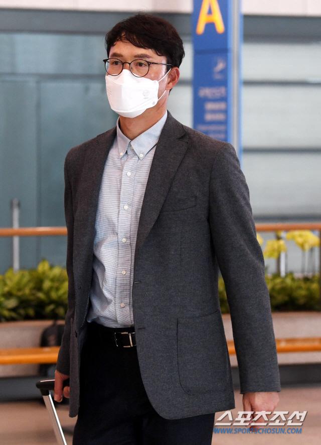 삼성 라이온즈 선수단이 8일 오후 일본 오키나와에서 스프링캠프를 마치고 인천공항을 통해 귀국했다. 지난 1월 30일부터 오키나와에서 전지훈련을 한 삼성은 당초 6일 돌아올 예정이었지만, 코로나19 확산으로 시범경기가 취소되면서 15일 귀국으로 일정을 연기했었다. 그러나 일본 정부의 한국인 입국 제한 조치 여파로 급거 귀국을 결정했다. 입국장을 빠져나가는 삼성 선수단의 모습. 인천공항=허상욱 기자 wook@sportschosun.com/2020.03.08/