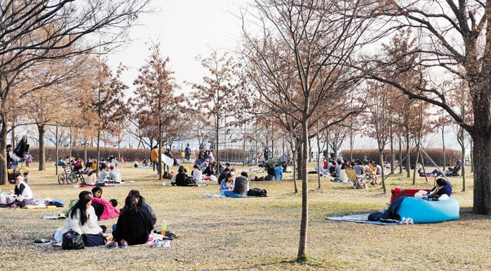 """""""야외는 괜찮겠지"""" - 8일 오후 서울 한강시민공원에 봄나들이에 나선 인파가 모였다. 실외에서는 바이러스 전파 위협이 비교적 낮아지는 걸 의식한 듯 이날 한강변에는 시민들이 모여들었다."""