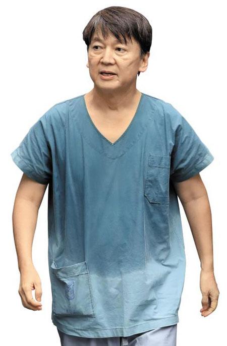 지난 1일부터 대구 동산병원에서 의료봉사를 하는 안철수 국민의당 대표의 모습. 방호복에 속옷은 땀범벅이고, 얼굴엔 보호 장비를 착용한 자국이 선명했다