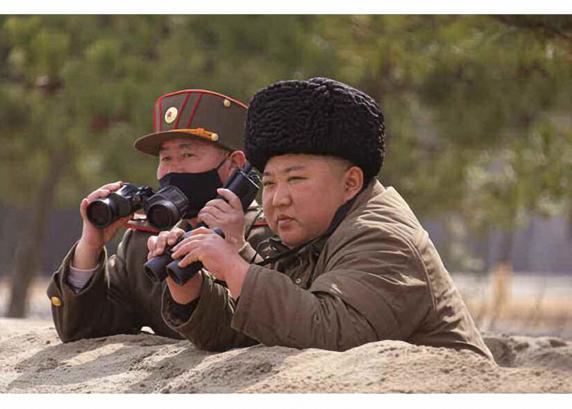 김정은 북한 국무위원장이 지난 9일 전선 장거리포병부대들의 '화격타격훈련'을 또다시 지도했다고 조선중앙통신이 10일 보도했다. /노동신문