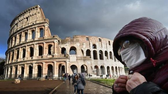 이탈리아 로마의 유명 관광지 콜로세움을 마스크를 쓴 시민이 지나가고 있다. /로이터 연합뉴스