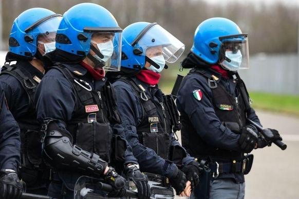 9일 이탈리아 에밀리아 로마냐주 모데나에서 폭동 진압 전문 경찰 병력이 산타 안나 교도소 주위를 감시하고 있다. /로이터 연합뉴스