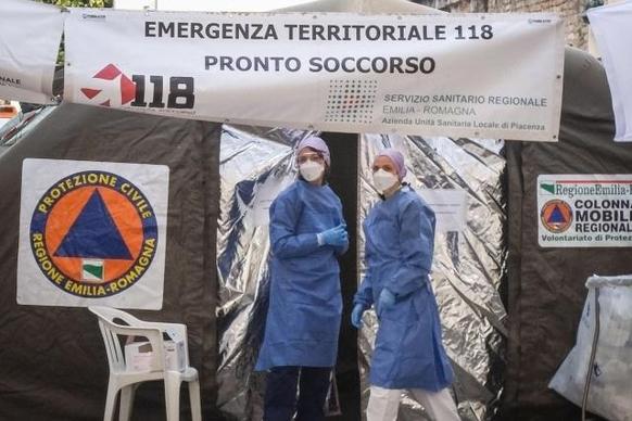 이탈리아 북부 에밀리아 로마냐주에 설치한 우한 코로나 임시 진료소에서 의료진이 의심 환자를 맞을 준비를 하고 있다. /로이터연합뉴스