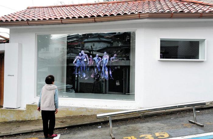 서울 성북동 전시 공간 옵스큐라는 입장하지 않고도 관람이 가능하다.