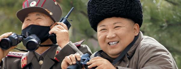 김정은 국무위원장이 지난 9일 마스크를 쓰지 않고 장거리포병부대의 화력타격훈련을 참관하는 모습. /조선중앙TV 연합뉴스