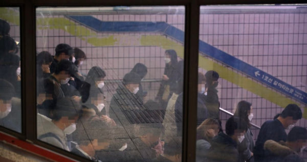 12일 오전 마스크를 쓴 시민들이 서울 신도림역을 통해 출근하고 있다. /연합뉴스
