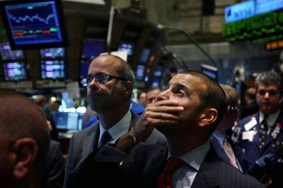 뉴욕증권거래소 거래인이 망연자실한 표정으로 거래상황판을 바라보고 있다. /AP연합뉴스