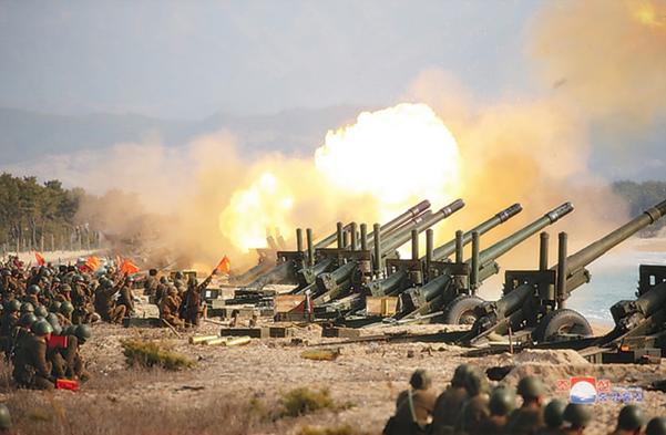 김정은 국무위원장이 12일 포병부대들의 포사격대항경기를 지도했다고 조선중앙통신이 13일 보도했다. /조선중앙통신
