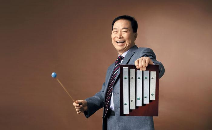 """""""이 실로폰이 바로 그 실로폰입니다. 제 분신이나 다름없죠."""" 작곡가 박성훈씨가 20년 쓴 실로폰을 들어 보였다. 전국노래자랑의 대명사 '딩동댕' '땡' 소리가 여기서 나온다."""