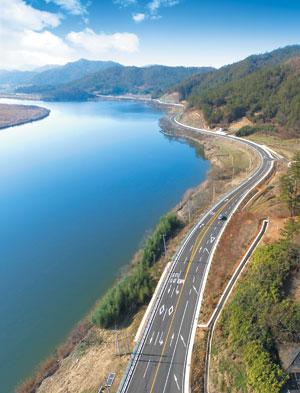 지난 11일 개통한 '영산강 강변도로'. 전남 나주 영산포구에서 무안 몽탄포구까지 영산강 줄기 따라 34㎞의 강변도로가 조성됐다. / 전라남도