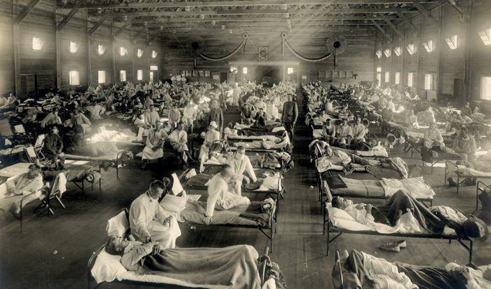 스페인 독감 유행 당시 미국 캔자스주 캠프 펀스턴에 설치된 구급병원의 광경. 3주간 이 병영에서 1100명이 독감에 걸려 38명이 죽었다.
