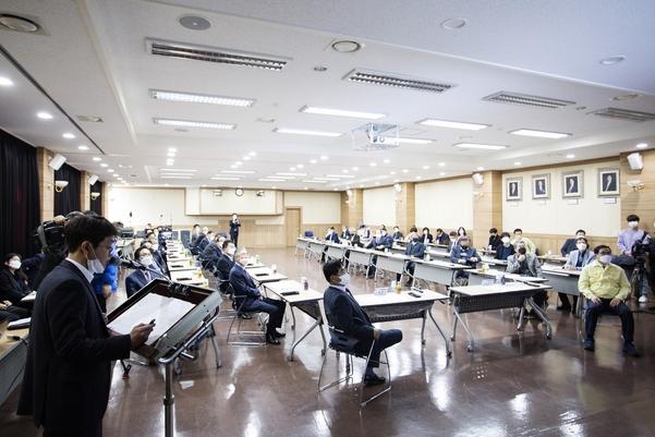 창원상공회의소(회장 한철수)는 16일 2층 대회의실에서 우한코로나 극복을 위한 산업위기 대응 긴급회의를 개최했다. / 창원상공회의소