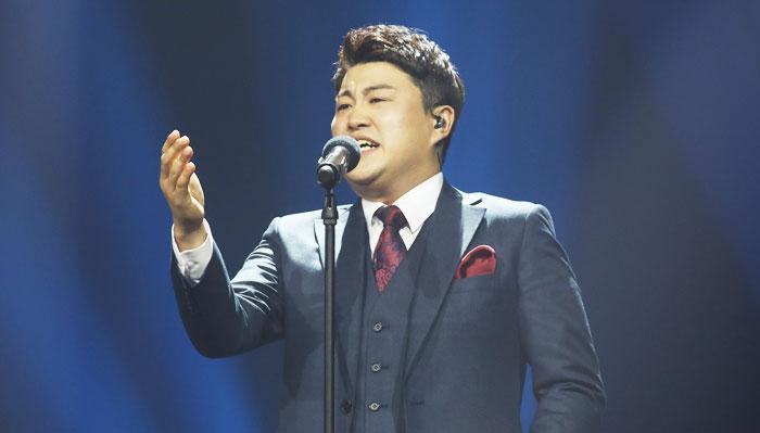 '미스터트롯' 결승 무대에서 조항조의 '고맙소'를 열창하는 김호중.
