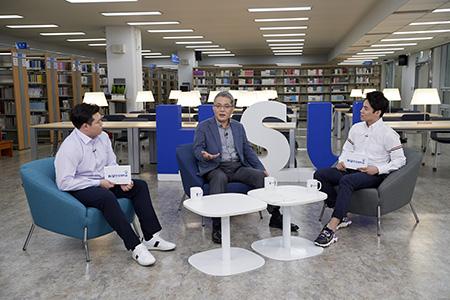 왼쪽부터 김준호 동문, 이창원 한성대학교 총장, 김민성 동문