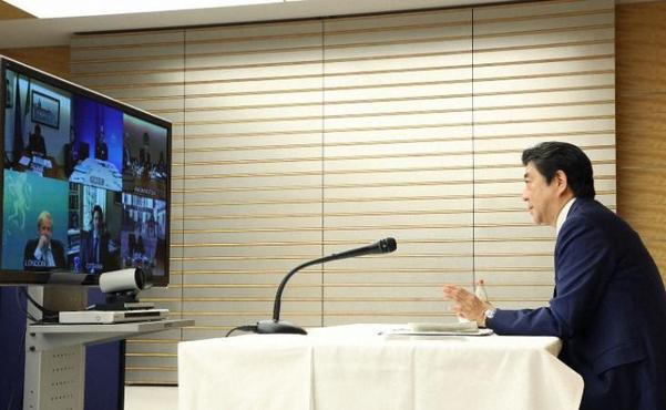 """아베 총리가 16일 주요7개국과 화상회담에서 """"올림픽을 완전한 형태로 개최하는 것에 지지를 얻었다""""고 밝혔다./총리관저 공보실"""