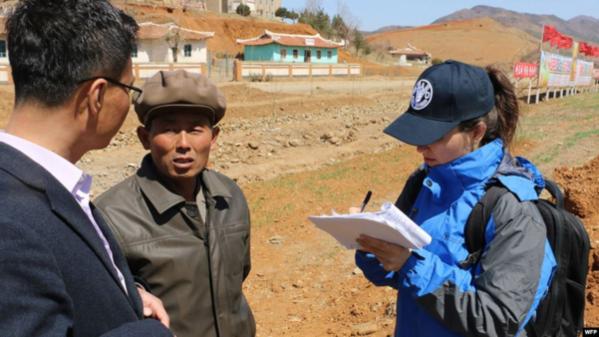 유엔 식량농업기구(FAO)·세계식량계획(WFP) 조사팀이 지난해 4월 북한 황해북도 은파군에서 식량 상황을 조사하고 있다./WFP·VOA