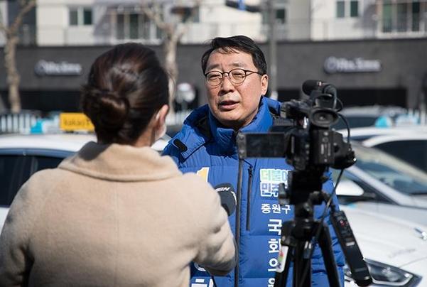 18일 오전, 경기 성남시 중원구 상하운수에서 더불어민주당 경기 성남중원 윤영찬 후보가 지역 방송사와 인터뷰를 하고 있다./ 고운호 기자