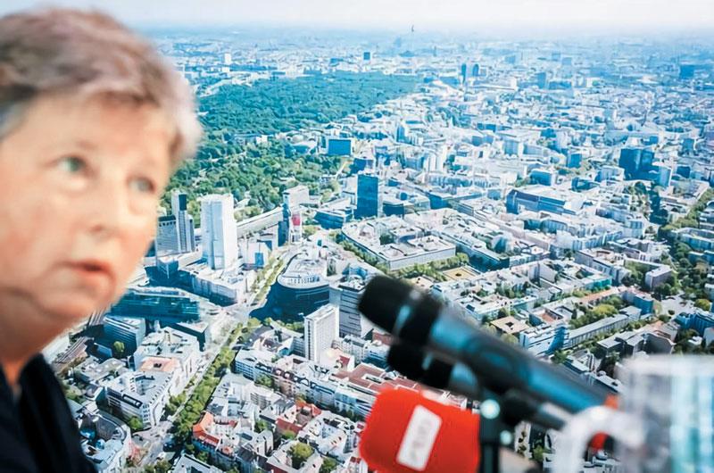 베를린시는 카트린 롬프셔 시의회 상원의원이 제안한 임대료 5년 동결 법안을 지난해 11월에 승인, 올해 2월부터 시행하고 있다. 지난해 6월 임대료 동결 법안을 설명하는 롬프셔 상원의원 뒤로 베를린 시내의 전경이 보인다.