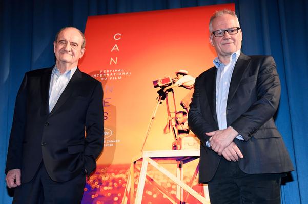지난해 칸 영화제 피에르 레스큐어 회장(왼쪽)과 칸 영화제 티에리 프레모 집행위원장이 파리에서 열린 제72회 칸 영화제 공식선정 발표회에서 포즈를 취하고 있다. /연합뉴스