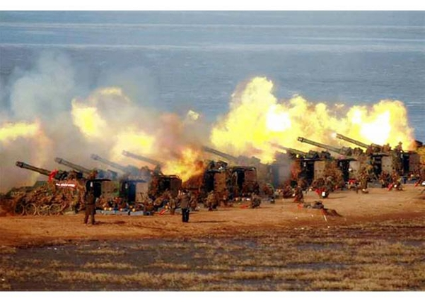 김정은 북한 국무위원장이 20일 서부전선대연합부대의 포사격대항경기를 지도했다고 조선중앙통신이 21일 보도했다. 21일 노동신문이 공개한 사진. /연합뉴스