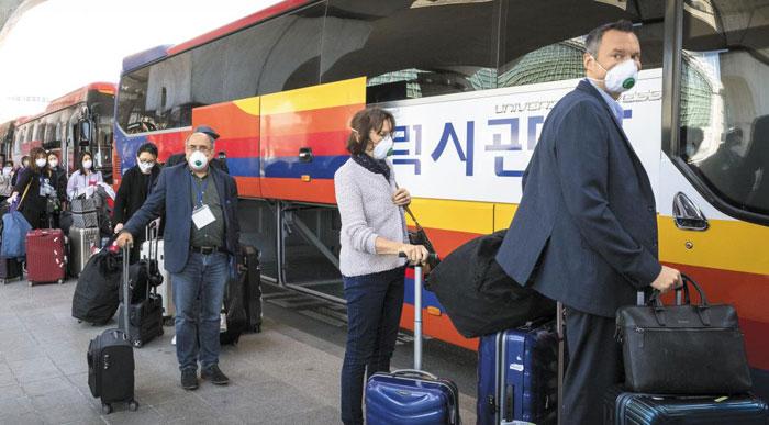 22일 오후 독일 프랑크푸르트발 항공기를 타고 국내 입국한 탑승객들이 인천국제공항에서 충남 천안의 임시생활시설로 이동하기 위한 버스에 탑승하고 있다.