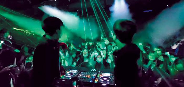 지난 21일 새벽 서울 강남구 논현동의 한 클럽에서 청년들이 다닥다닥 붙어 서서 음악에 맞춰 몸을 흔들고 있다.