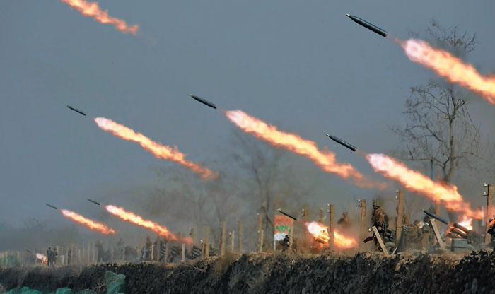 북한군 서부전선 부대들의 포사격 경기가 벌어진 20일 서해안 일대에서 방사포(다연장로켓) 포탄들이 불을 뿜으며 날아가고 있다.