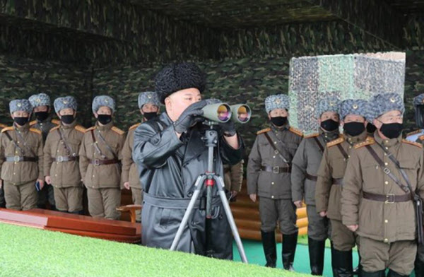김정은 북한 국무위원장이 지난달 28일 동해안에서 인민군 부대의 합동타격훈련을 지도했다고 북한 노동당 기관지 노동신문이 29일 보도했다. 김정은을 제외한 수행원 모두 마스크를 착용하고 있다./노동신문 연합뉴스