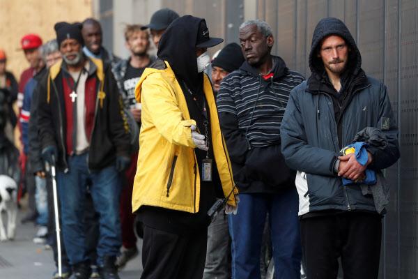 코로나 바이러스 사태로 미국 캘리포니아주가 전원 재택근무라는 특단의 조치를 취한 지난 20일 노숙자들이 무료 급식을 받기 위해 줄을 서 있다. /로이터 연합뉴스