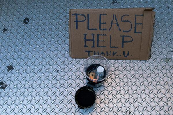 '도와주세요.' 얼마 전 미 뉴욕의 어느 노숙자가 구걸을 위해 내놓은 플라스틱 컵 안에 누군가 코로나 바이러스 예방을 위한 손 소독제를 넣어놓았다. /로이터 연합뉴스