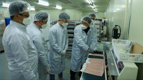 /삼성전자 뉴스룸 삼성전자에서 파견을 나간 제조 전문가들이 마스크 제조업체 레스텍 임직원들과 함께 제조 공정 개선 방안에 대해 논의하고 있다.