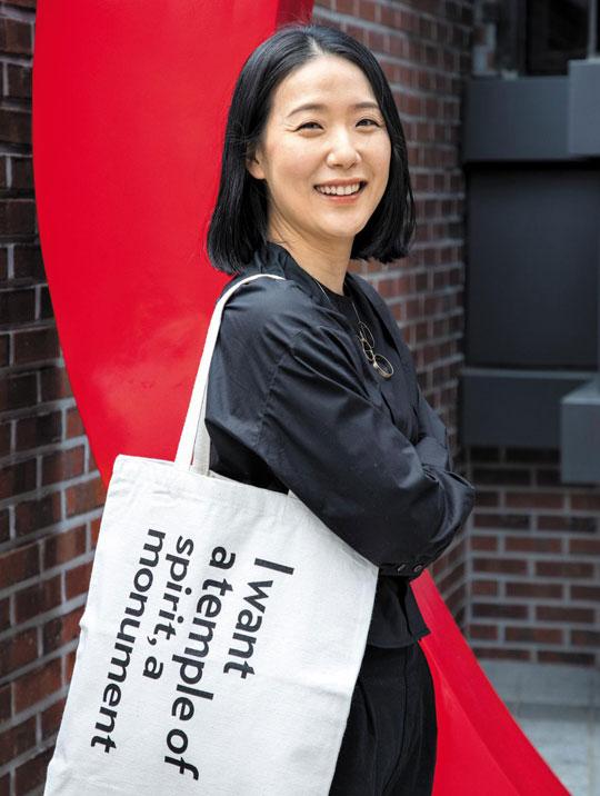 뉴욕 구겐하임 미술관의 새 기념품 토트백을 멘 정재은 디렉터.