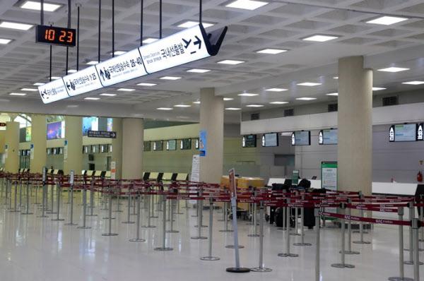 텅 비어있는 제주국제공항 국제선 대합실/연합뉴스