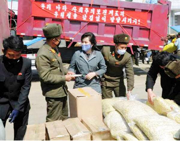북한 간부와 건설자들이 노동당 창건 75주년인 10월 10일까지 평양종합병원을 완공하기 위해 총력전을 벌이고 있다고 북한 노동신문이 25일 보도했다. 현장의 북한 노동자들이 모두 마스크를 착용하고 있다. 북한은 가용 가능한 의류공장을 동원해 마스크 생산에 집중하고 있지만 방역 물자가 부족한 상태인 것으로 전해졌다.
