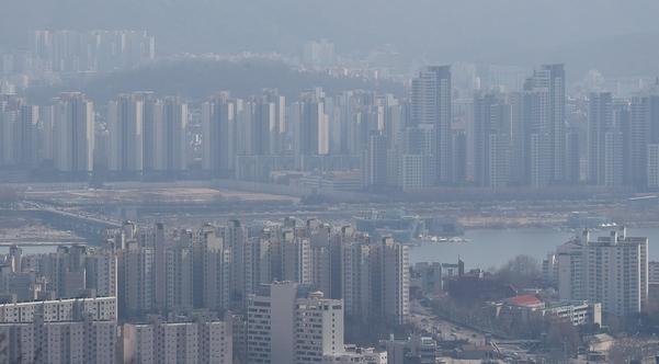 지난 18일 서울 남산에서 바라본 반포(위)와 용산(아래) 아파트 밀집지역. /연합뉴스