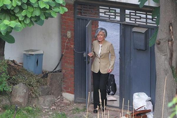 강경화 외교부 장관(당시 장관 후보자)이 2017년 6월 15일 오후 연희동 자택으로 들어가고 있다. /장련성 객원기자