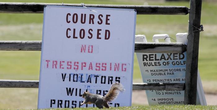 폐쇄된 미국 골프장 - 미국 덴버의 하버드 걸시 뮤니시펄 골프 코스 폐쇄를 알리는 표지판 앞을 지나가는 다람쥐 모습. 이 골프 코스는 코로나 확산 여파로 24일부터 폐쇄됐다.