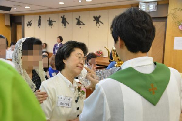 이은재 의원이 2019년 7월 13일 서울 도곡동성당에서 '엘리사벳'이라는 이름으로 천주교 세례를 받고 있다./서울 도곡동성당
