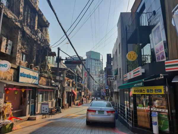 지난 24일 오후 찾은 서울 서대문구 신촌 일대. 개강 시즌임에도 불구하고 사람이 없어 휑한 모습이다. /정민하 기자